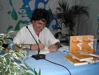 """Antonio Lozano signiert sein Buch """"Harraga"""" auf der Buchmesse"""